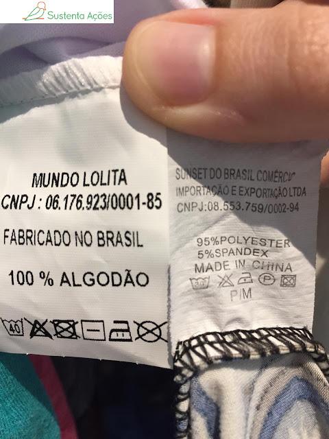 Etiquetas de roupas que tenho: uma 100% algodão, feita no Brasil;  a outra, 95% poliéster, feita na China (que eu comprei num brechó)