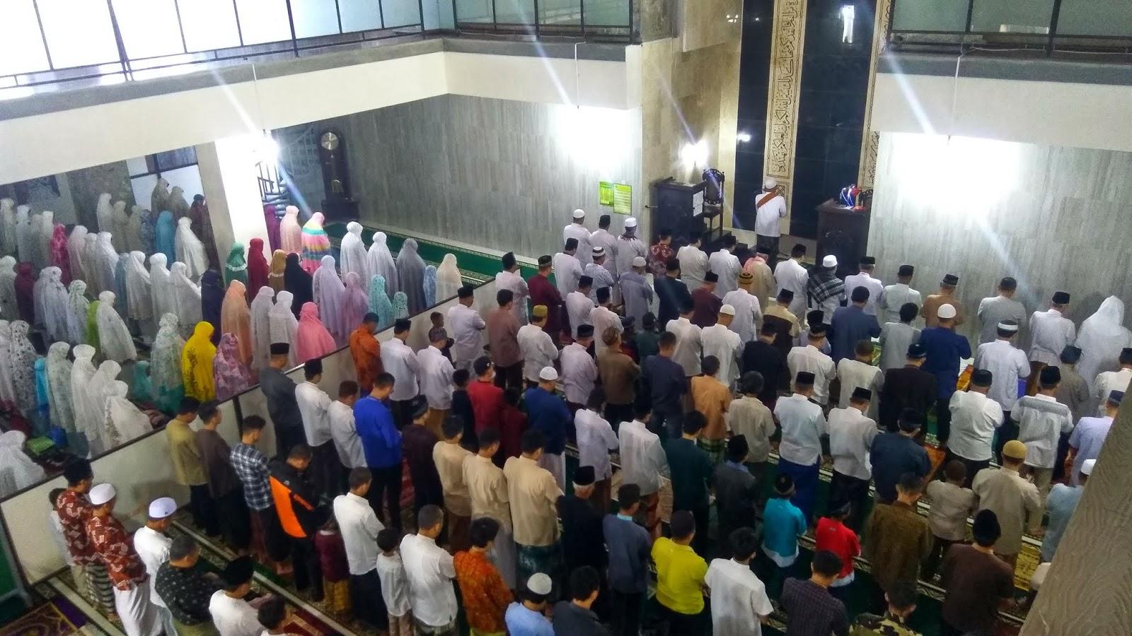 """Bupati Ajak Warga Jaga Persatuan Pasca Pemilu Saat Sholat Ied Di Masjid Agung Jami"""""""