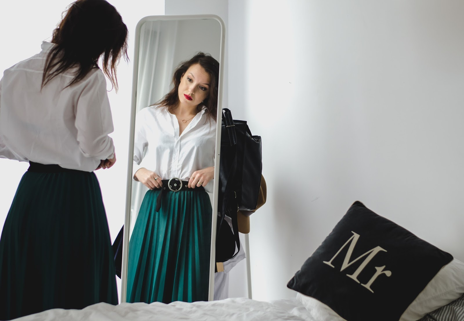 Emerald pleated midi skirt, white oversize Zara shirt, retro belt, fashion, minimal, blog, blogger
