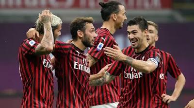 I festeggiamenti rossoneri in occasione del goal di Calhanoglu.