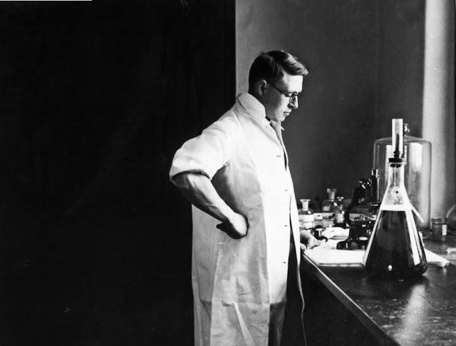 مكتشف الانسولين في مختبره