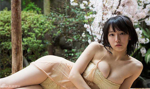 """Mê hồn với """"tiên nữ tắm suối"""" nóng bỏng ở Nhật Bản, giỏi thư pháp lại còn biết chơi cả kèn saxophone"""