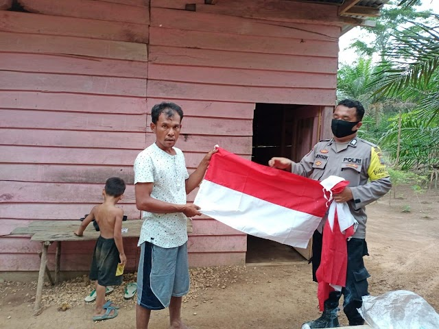 Cerita Polisi di Indragiri Hulu Antar Bendera Merah-Putih ke Suku Pedalaman