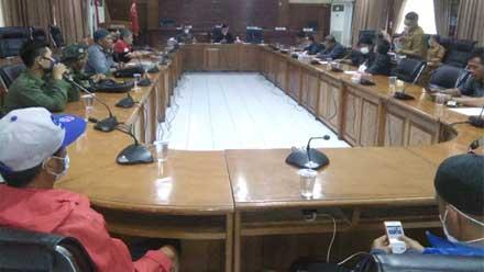 Suasana pertemuan Aliansi Bukittinggi peduli dengan DPRD