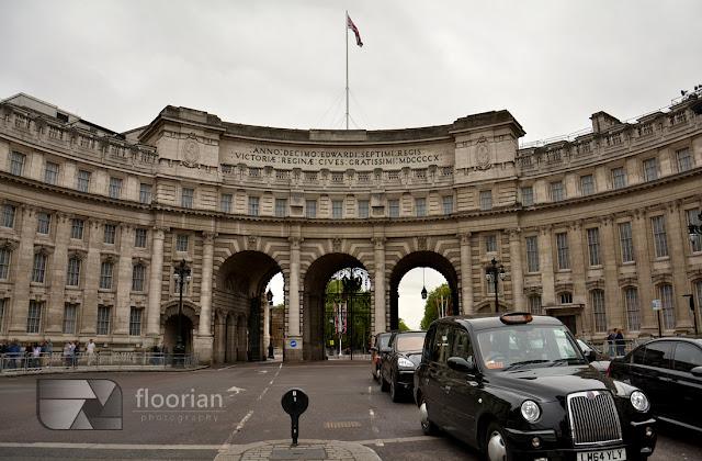 biurowiec będący jednocześnie bramą - Admiralty Arch za którym biegnie reprezentacyjna droga The Mall – łącząca Trafalgar Square z Pałacem Buckingham.