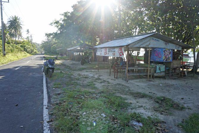 Warung-warung di tepian pantai Alang-Alang