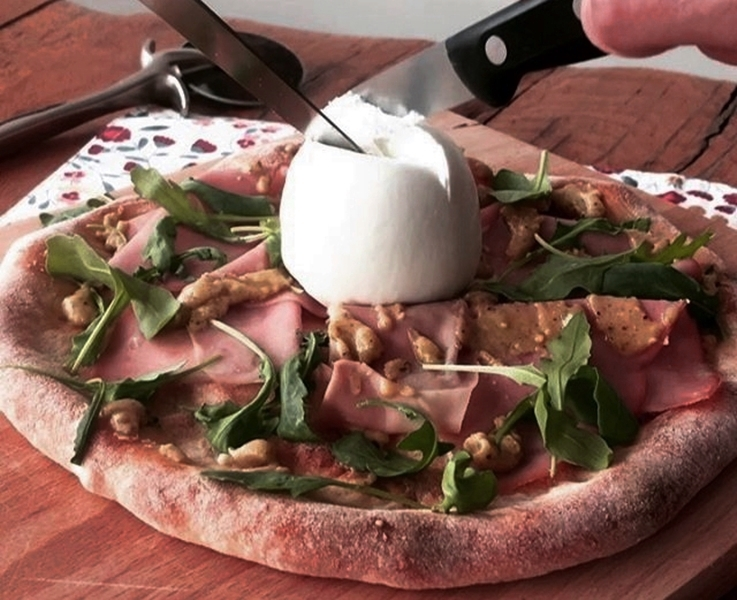 Pizza con mortadela, pesto de pistacho y burrata