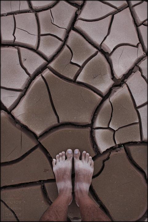 fotografia,autorretrato,murcia,limites,variaciones,arcilla,barro,sequia,cuarteado,pies,suelo,tierra