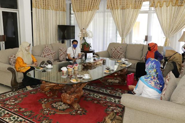 Terima Kunjungan TP-PKK Lobar, Hj. Niken Ingatkan Kader Posyandu Soal Protokol Covid-19