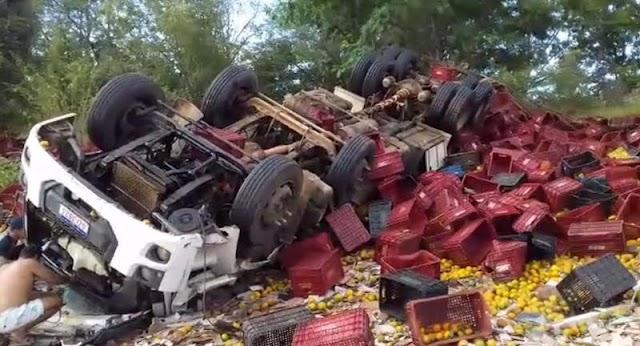 Caminhão carregado de frutas capota na BR-315 e motorista fica gravemente ferido
