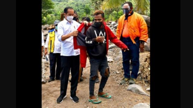Teriak Jokowi 3 Periode, Warga Korban Banjir Dihadiahi Jaket oleh Jokowi