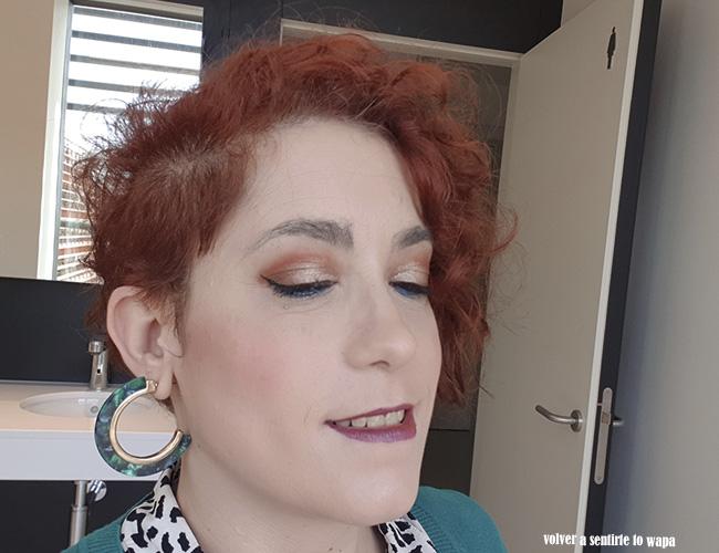 Maquillaje con la waterline en azul y labios duocromáticos