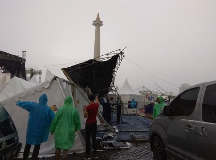 Jelang Perayaan Tahun Baru 2018 Tenda di Monas Roboh Terbawa Angin Kencang & Hujan Deras