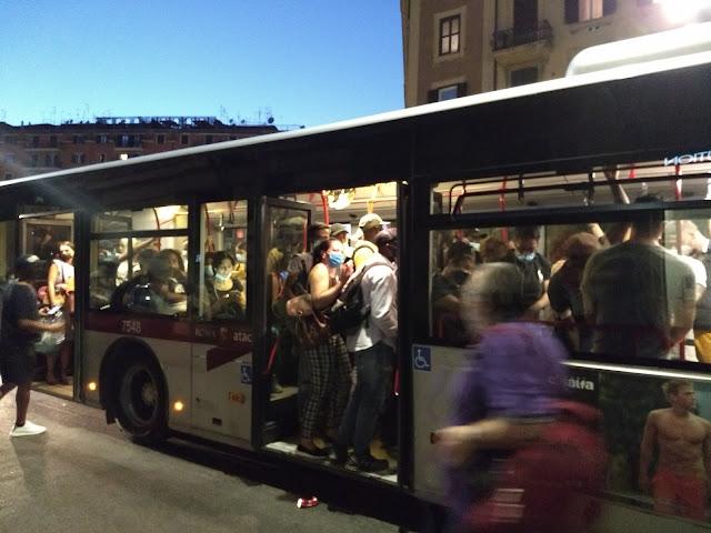 L'odissea dei pendolari di Roma, tra metro e bus pieni