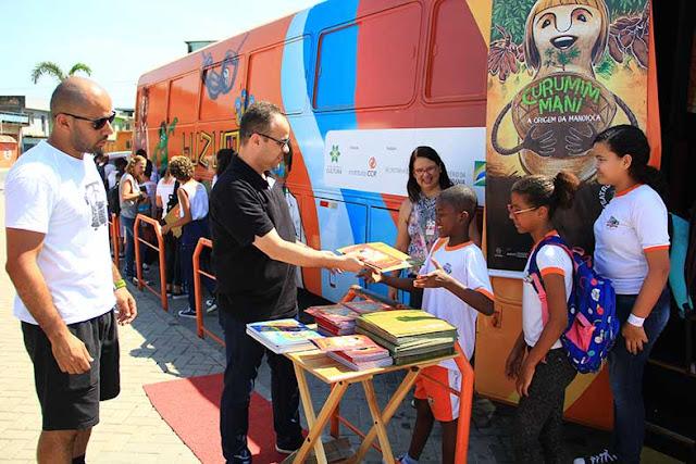 """700 Crianças de Belford Roxo assistem espetáculo em ônibus itinerante """"Buzum"""""""