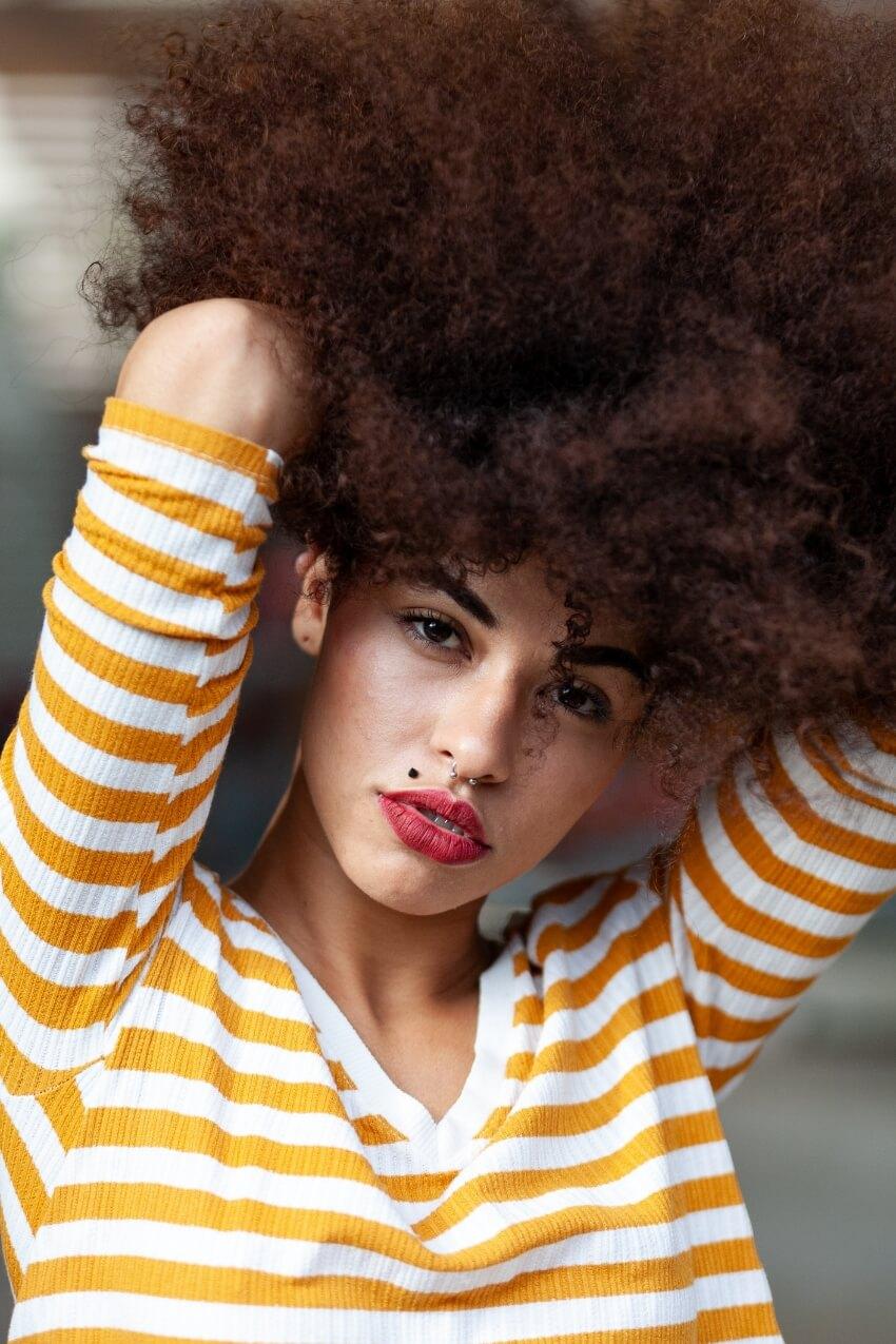 blusa amarela, cabelos black afro