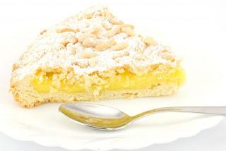 Torta della nonna con crema pasticcera e pinoli