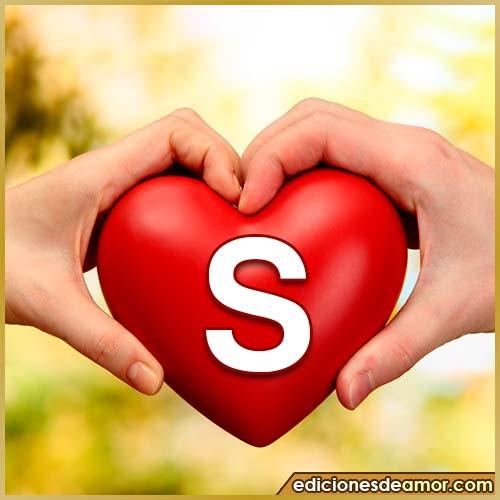corazón entre manos con letra S