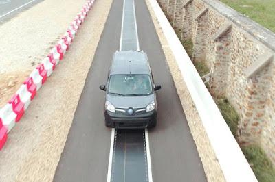 França prova un sistema de recàrrega sense fils de 20 kW per a cotxes elèctrics en circulació