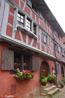 Una delle tante case a graticcio del villaggio