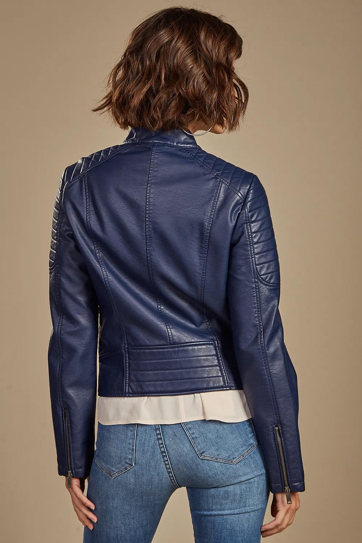 Cmapera de cuero azul de mujer otoño invierno 2020. Moda invierno 2020.