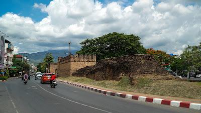 Approaching Chang Puak gate