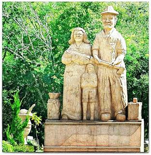 Escultura da Família de Imigrantes, no Parque Pedras do Silêncio, Nova Petrópolis