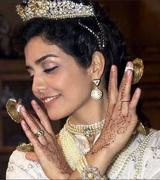 Latifa com as mãos de henna em O clone