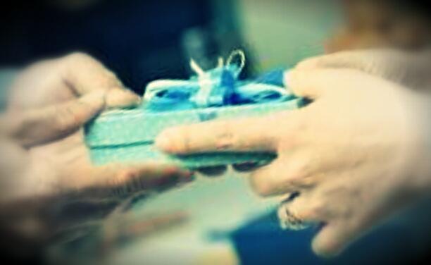 menghargai dengan memberi hadiah kepada blogger