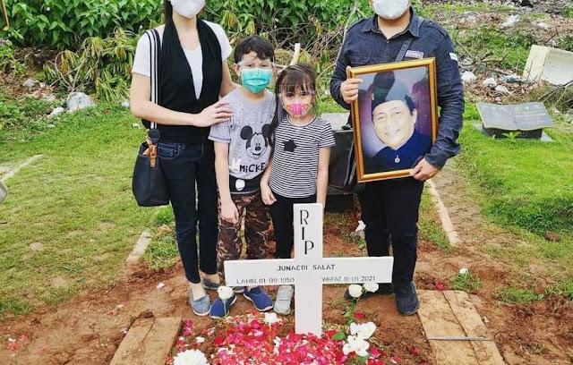 prosesi pemakaman Almarhum Junaedi Salat