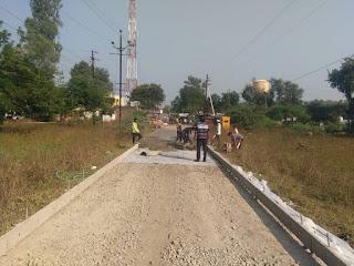 नेपानगर में 45 लाख का सीसी रोड लापरवाही से बनाया जा रहा, सीएमओ के चहेते है ठेकेदार लोगो का आरोप