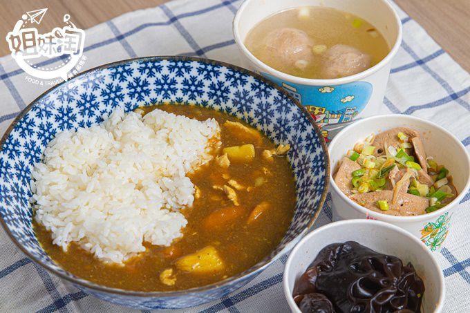 像家裡煮出來的美味料理,店家特製小菜口感非凡,經典咖哩飯溫順柔和,重回家裡的飽足感。-武好呷美食