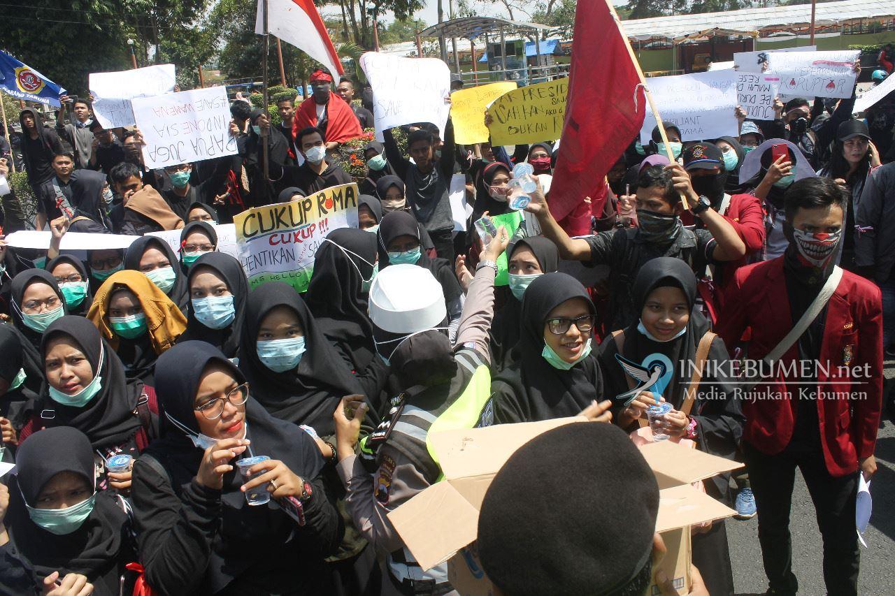 Melihat Peserta Aksi Kehausan, Polisi di Kebumen Bagikan Air Mineral
