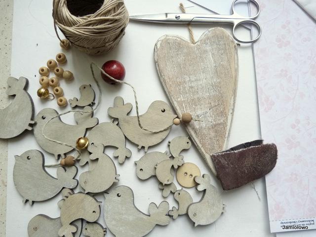 drewniane serce, ptaszyny i koraliki