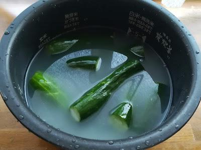 米 with キュウリ in 炊飯器