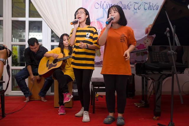Biểu diễn guitar kết hợp nhạc cụ tại trường nhạc SMS, quận 2