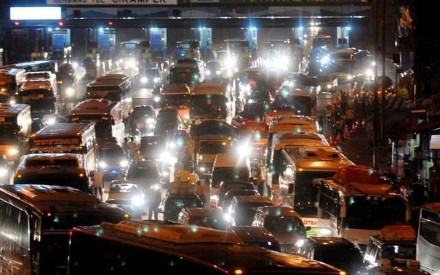 Tol Cikampek Arah Jakarta Macet Parah, Pengendara Parkir di Bahu Jalan