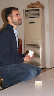 Ο Βαγγέλης δείχνει στα παιδιά πως ξεχωρίζει τα χαρτονομίσματα