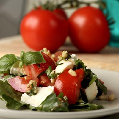 Salata od paradajza, rukole i mocarele začinjena pestom od bosiljka