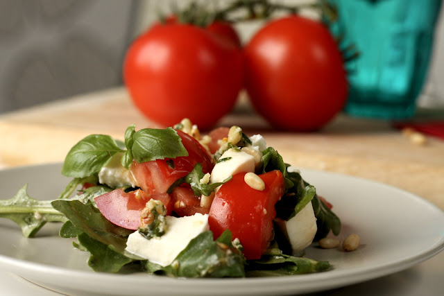 Salata sa paradajzom, mocarelom i rukolom