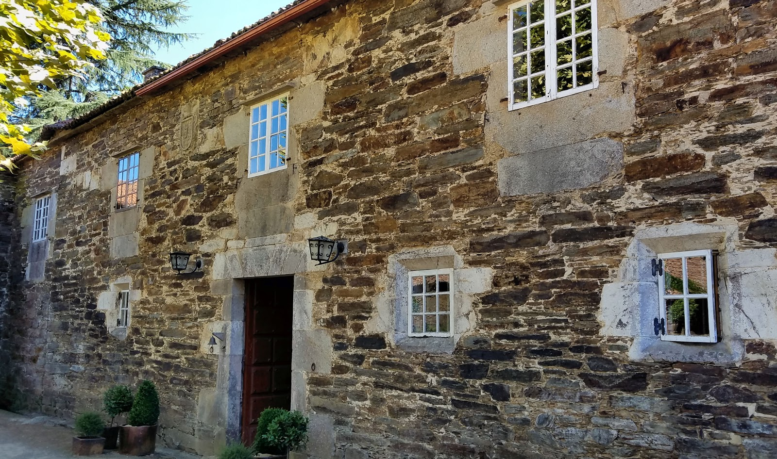 The 18th-century manor house of Pazo de Andeade or Casa Grande de Andeade once belonged to Galician nobility. Idyllically located in Touro - A Coruña, the manor house features an adjacent chapel and a restaurant that will satiate and the hungriest of pilgrims.