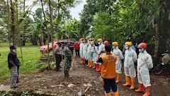 Babinsa Koramil Karanganyar Bersama Petugas Terkait Lakukan Pengamanan Pemakaman Jenazah Terkonfirmasi Covid-19