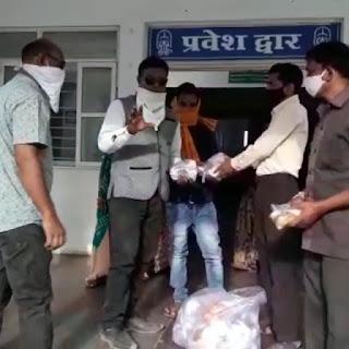 दाइजी परिवार के यतींद्र जैन एवं उनके छोटे अनुज कमलेश जैन ने असहाय लोगों के लिए कर रहे भोजन वितरण