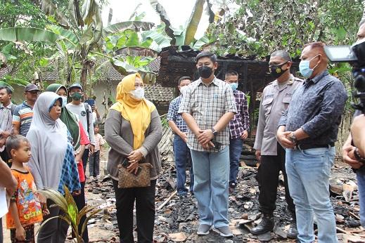Di Tanjungsari, Nanang Salurkan Bantuan untuk Keluarga Korban yang Rumahnya Ludes Terbakar