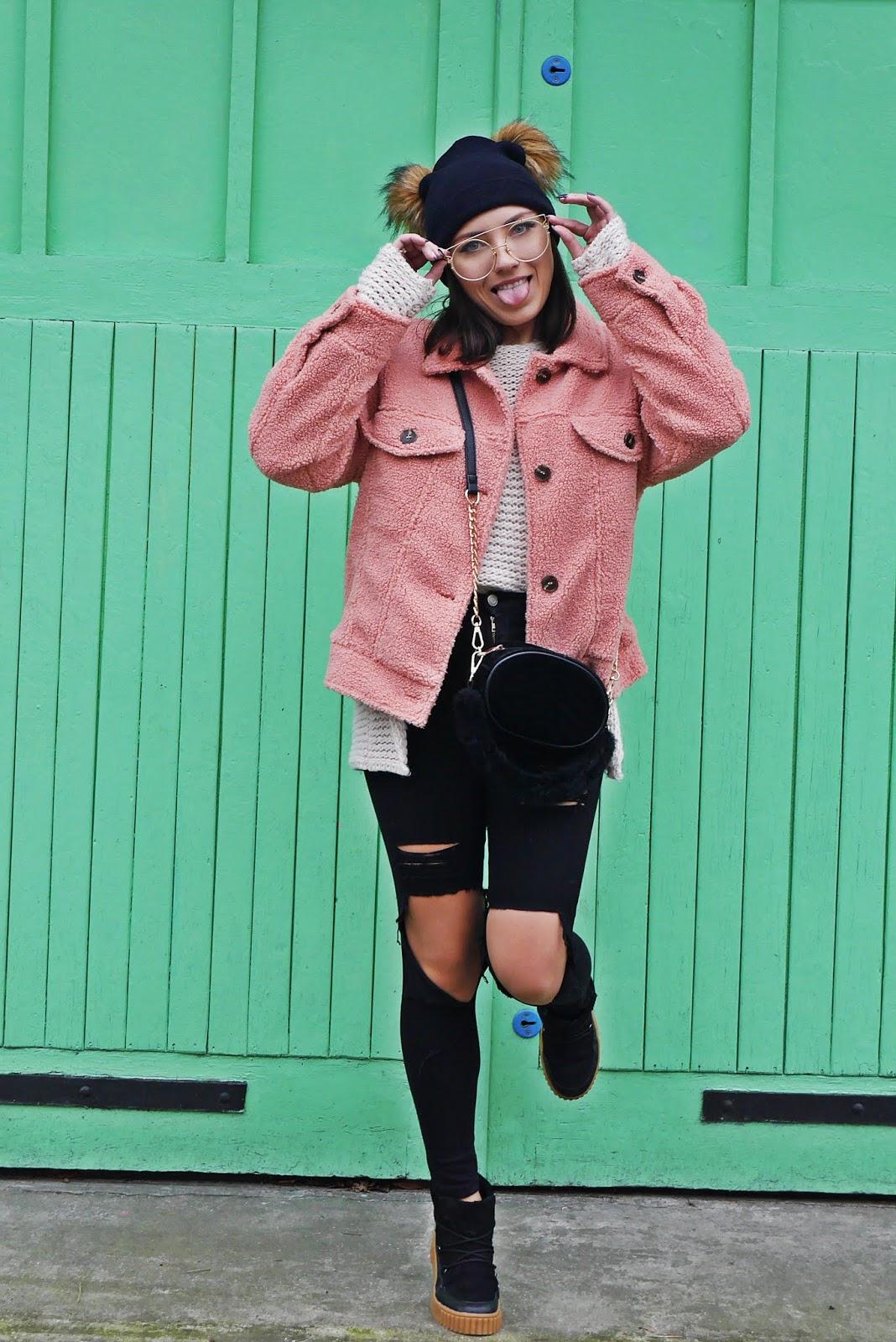 różowa kurtka baranek bonprix czarne podarte spodnie torebk renee beżowy sweter czapka z pomponami stylizacja na zimę zimowy look karyn blog modowy blogerka modowa puławy