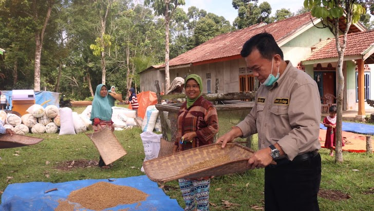 Singgah Nampi Beras di Betung Bedarah, Emak-emak: Bapak Ini Orang Dusun Jugo