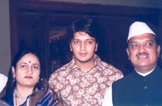 Riteish-Deshmukh-with-his-parents
