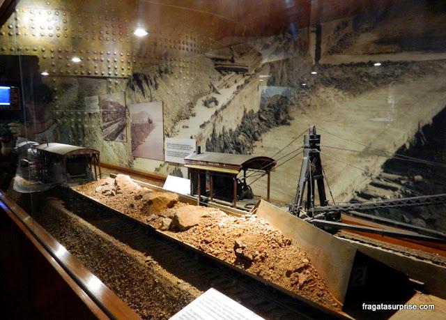Réplica em miniatura das máquinas especialmente criadas para a escavação do Canal do Panamá expostas no museu do Centro de Visitantes