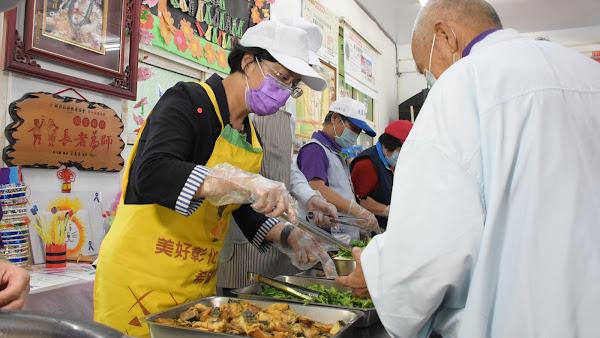 王惠美訪視秀水鄉頭前社區照顧關懷據點 贈地瓜加菜