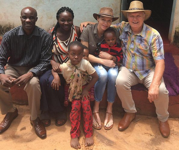 Princess Charlene visited an assistant priest's house together with the project team of the her Foundation and carried out negotiations to help poor people